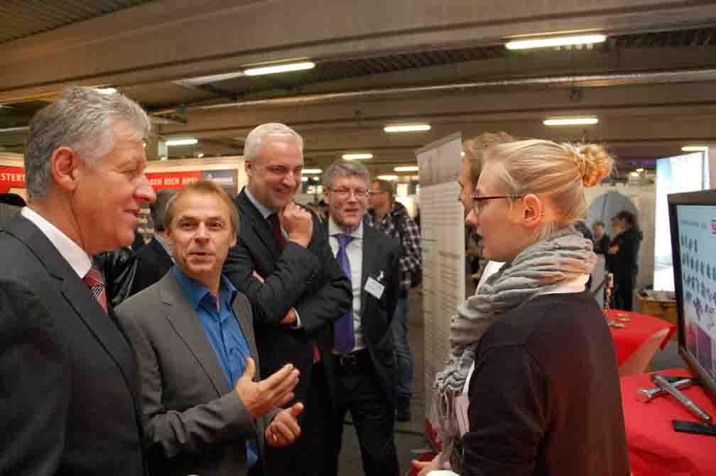 Jürgen Köder, Garrelt Duin, Olaf Thon und Landrat Dr. Arnim Brux nutzten ihren Messerundgang nicht nur, um sich ein Bild von den Ständen zu machen. Sie kamen auch mit zahlreichen Jugendlichen ins Gespräch/Foto: UvK/Ennepe-Ruhr-Kreis