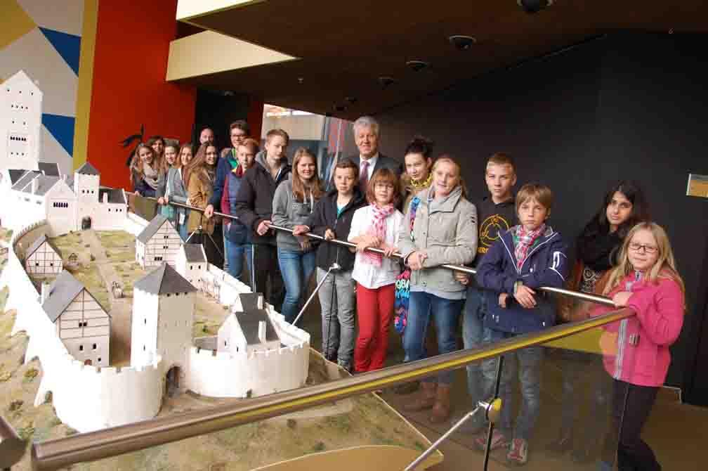 Am Modell der Hattinger Isenburg erläuterte Landrat Dr. Arnim Brux den Gästen ein Stück Geschichte des Ennepe-Ruhr-Kreises/Foto: UvK/Ennepe-Ruhr-Kreis