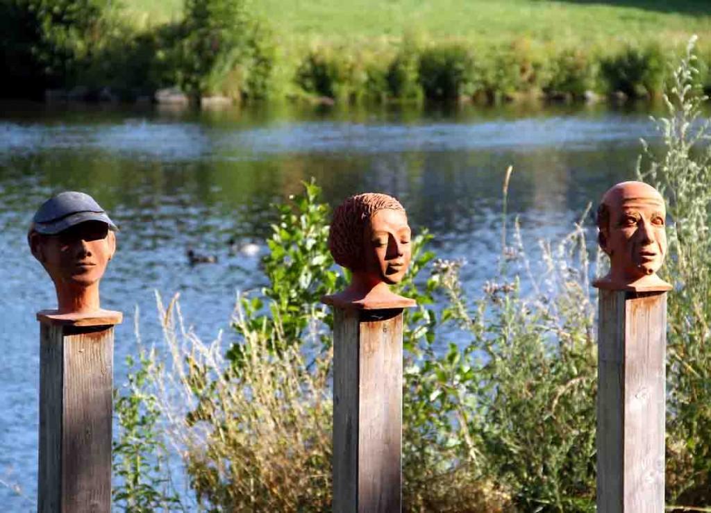 Auf dem Kunst- und Lyrikweg am Ruhrufer in Wickede können Wanderer und Spaziergänger diesen Charakterköpfen begegnen. Foto: Thorsten Haarmann