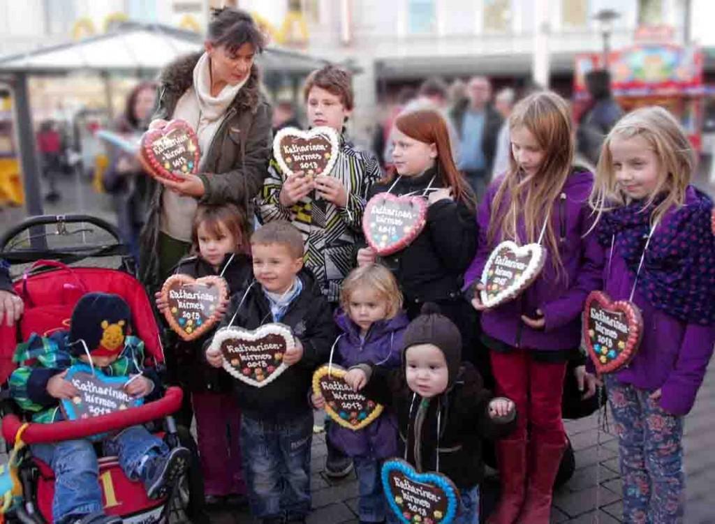 Unnas Stellvertretende Bürgermeisterin Renate Nick mit kleinen Kirmesbesuchern  Foto: Kreisstadt Unna