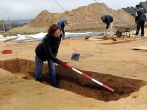 Grabungsleiterin Dr. Bettina Tremmel erläutert den Gästen vor Ort, welche archäologischen Informationen der Boden in Haltern preisgibt. Foto: LWL/Burgemeister
