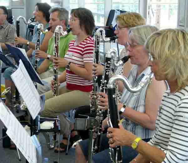 Zum Abschluss eines Workshops der Deutschen Klarinetten-Gesellschaft spielt ein Chor von rund 35 Klarinettisten in der Maschinenhalle. Foto: Deutsche Klarinetten-Gesellschaft