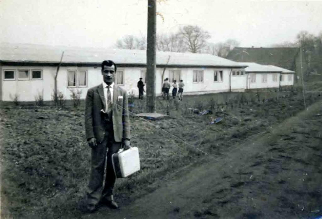 Antonio Usai vor dem Gastarbeiterwohnheim der Zeche Hugo. Gelsenkirchen, um 1958 Foto: LWL