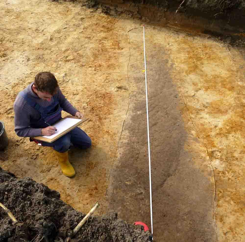 Die wenigen Befunde wie dieser verfüllte Graben wurden sorgfältig fotografisch und zeichnerisch dokumentiert. Foto: LWL/Baales