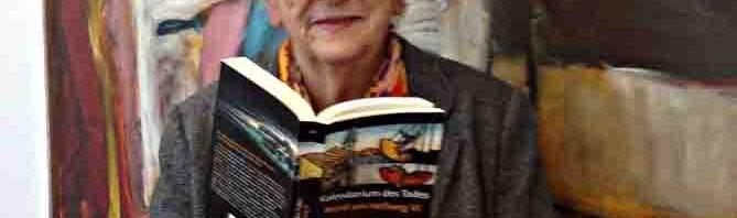 Ingrid Noll mit einem ihrer Bücher © Stadt Unna