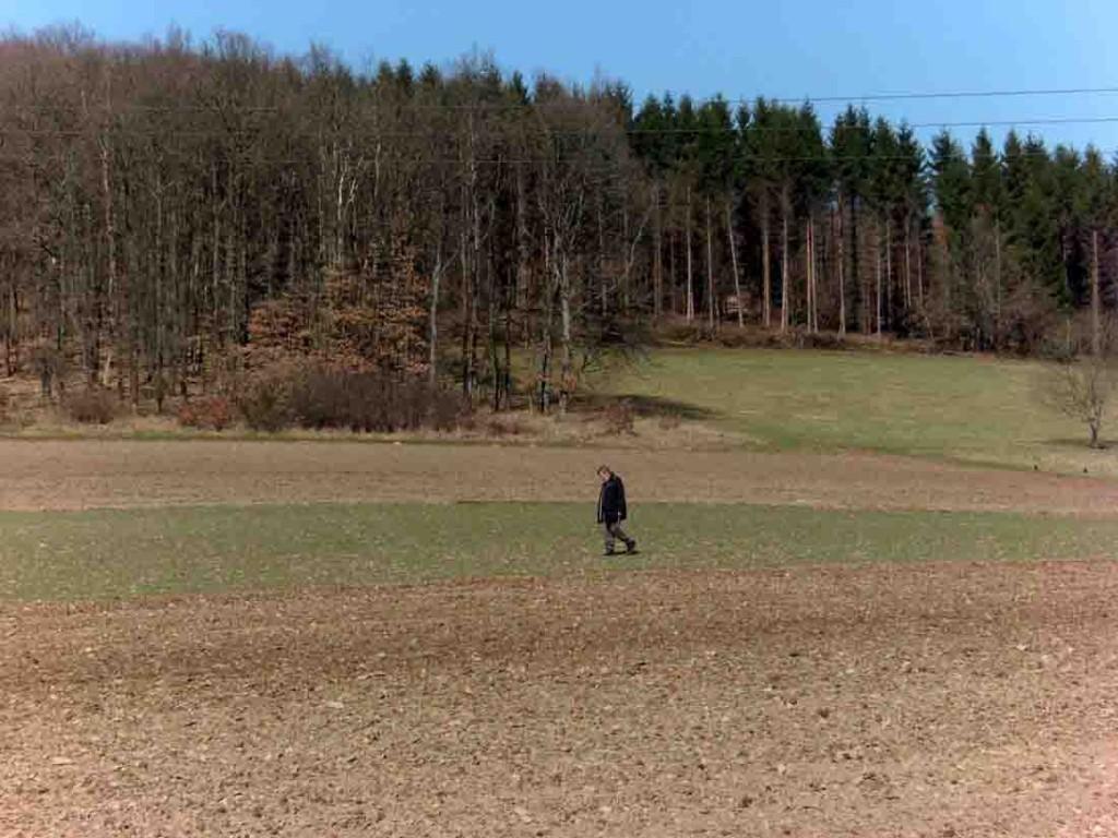 Seit einigen Jahrzehnten läuft Helmut Baldsiefen aus Netphen die Äcker des Siegerlandes ab und hat schon Dutzende steinzeitliche Fundstellen entdeckt, die ein ganz neues Licht auf die Siedlungsgeschichte der Region warfen. Foto: LWL/M. Baales