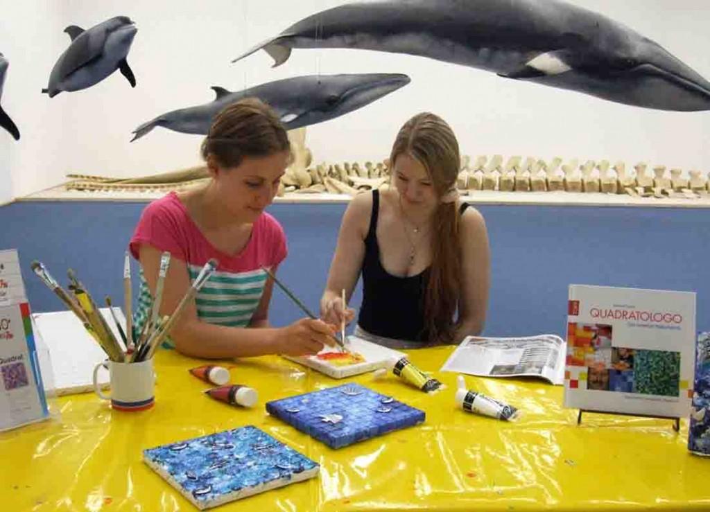 Malen mit Quadratologo und basteln unter Walen ist angesagt beim Familientag im LWL-Museum für Naturkunde. Foto: LWL/Fialla