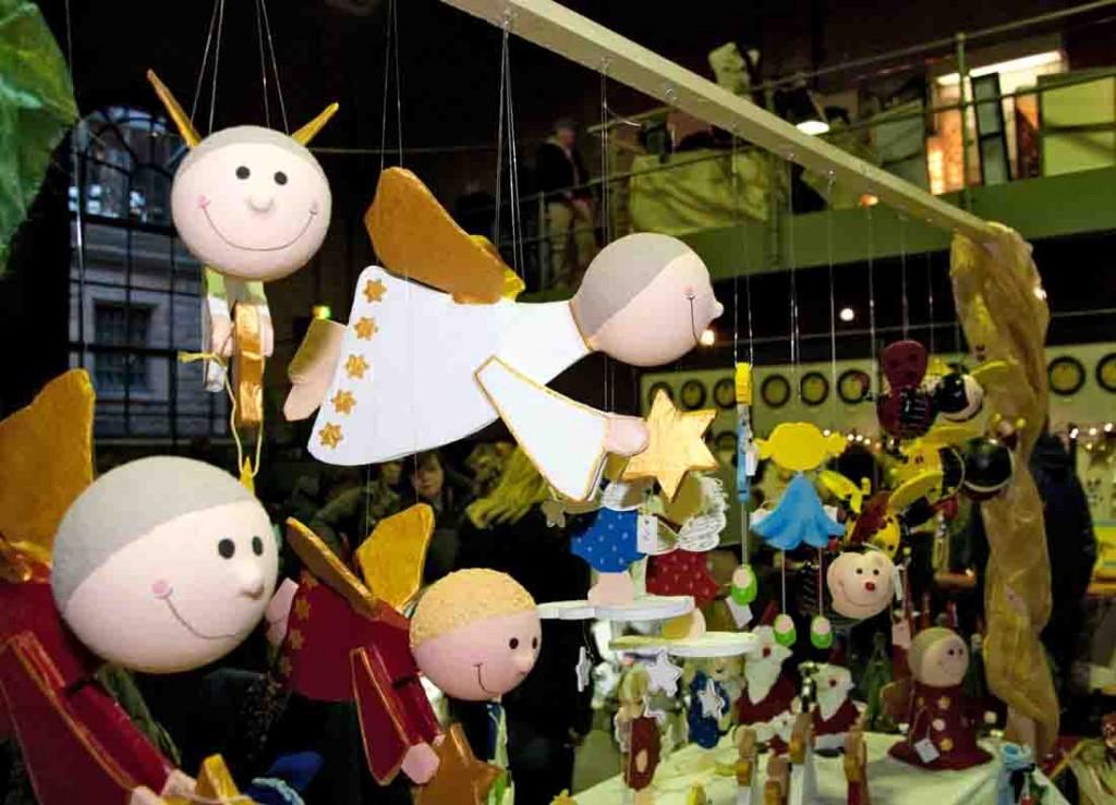 Engel schweben beim Weihnachtsmarkt durch die Maschinenhalle des Schiffshebewerks Henrichenburg. Foto: LWL