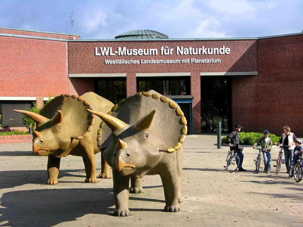 Dinos vor dem Museum für Naturkunde - eine Kinderlesung findet im LWL-Museum für Naturkunde in Münster statt. Foto: LWL