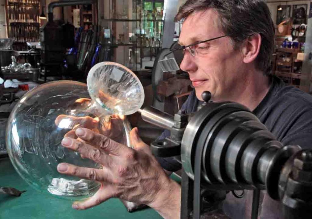Heikko Schulze Höing kuriert beschädigte Gläser. Foto: LWL/ Holtappels