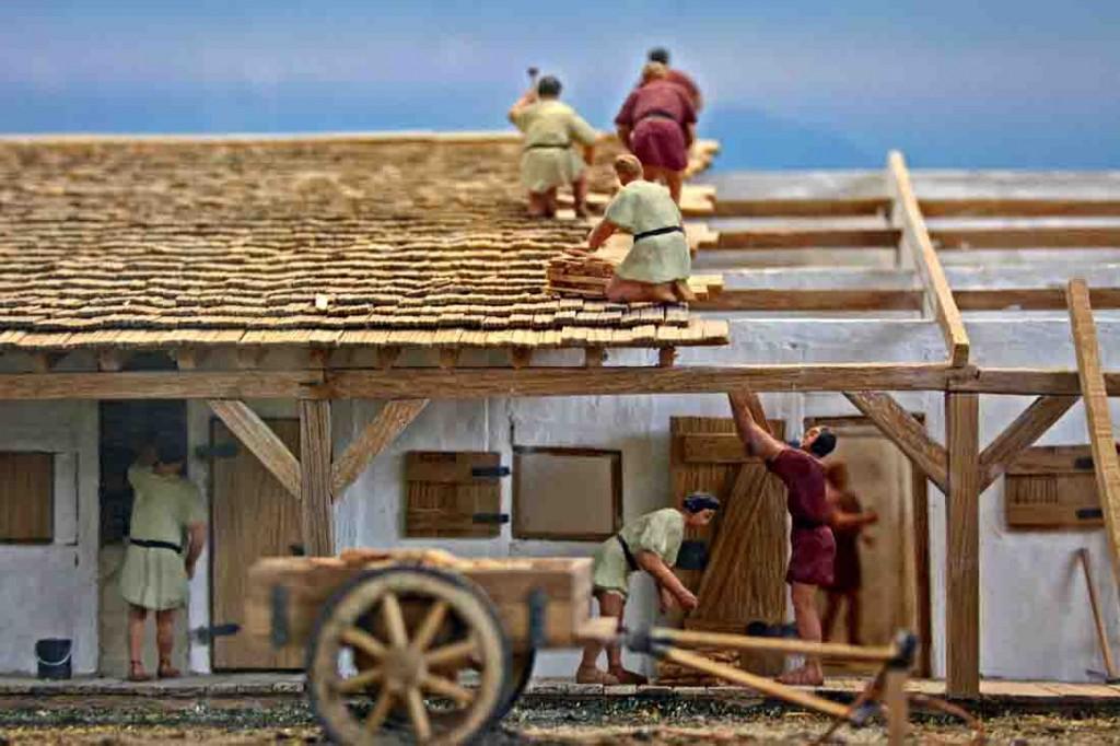 Das Modell zeigt Handwerker der römischen Legion beim Hausbau. Foto: LWL/Runkel
