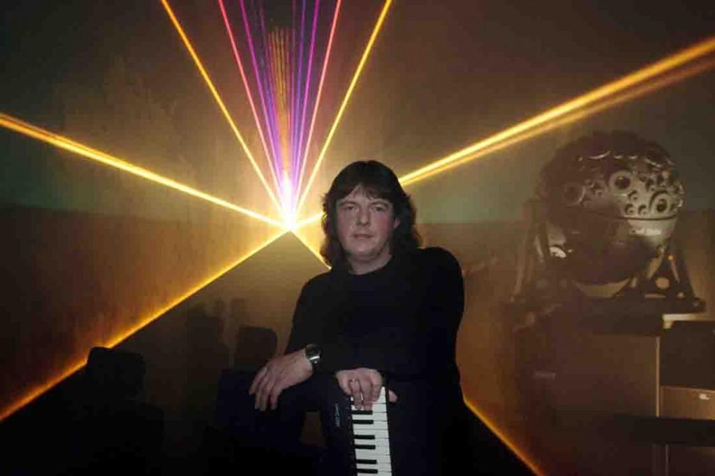 Elektronikmusiker Bernd Kistenmacher im LWL-Planetarium. Foto: LWL/Oblonczyk