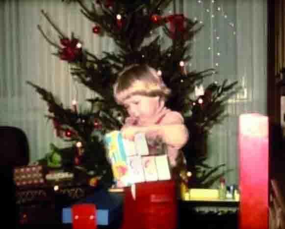 Bescherung unterm Weihnachtsbaum, Szene aus einem Amateurfilm der 1970er Jahre. Foto: LWL