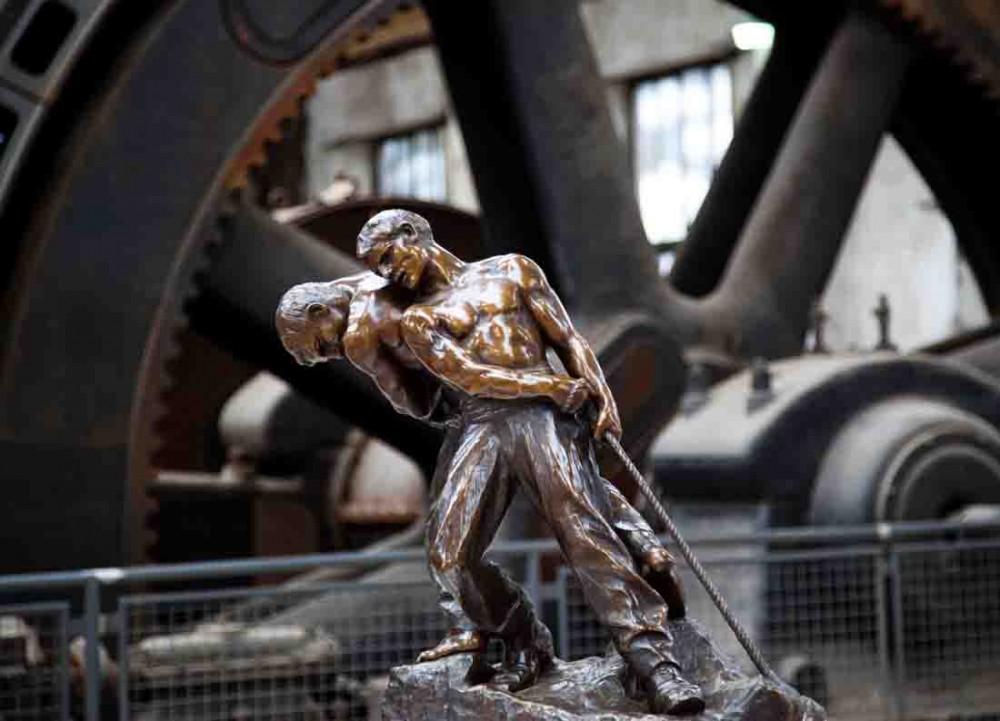 Eine Allegorie der schweren Arbeit schuf der französische Bildhauer Henri Louis Levasseur (1853-1934) mit der Skulptur zweier Männer, die ein Tau ziehen. Foto: LWL/Weigl