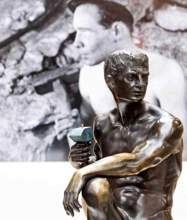 """In der Gegenüberstellung von Plastik und Fotografie liegt der besondere Reiz der Ausstellung """"Arbeit zeigen"""". Foto: LWL/Weigl"""