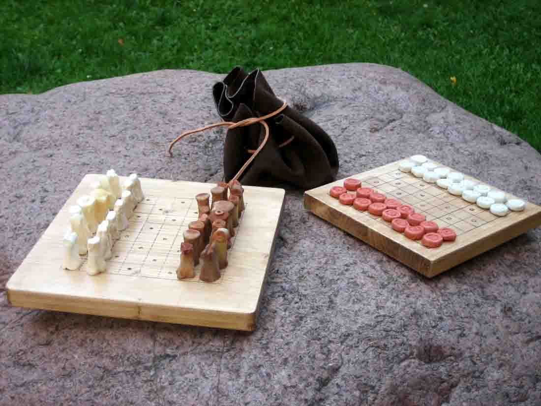Ein vollständiges selbstgefertigtes Schachspiel dürfen die Teilnehmer am Ende des Seminars ihr Eigen nennen. Foto: LWL/Löbbert