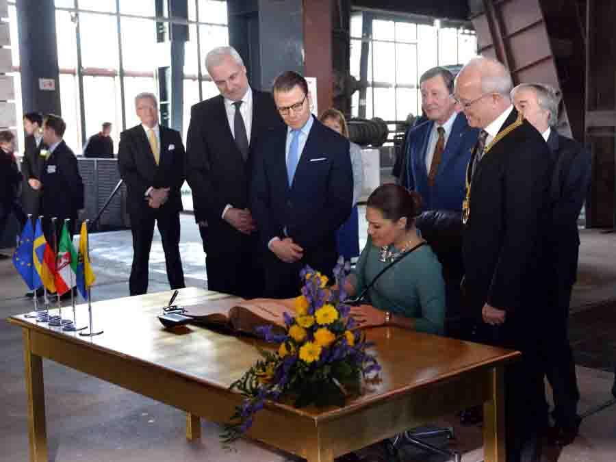 Die schwedische Kronprinzessin Victoria trägt sich ins Stahlbuch der Stadt Essen ein. Foto: Peter Prengel