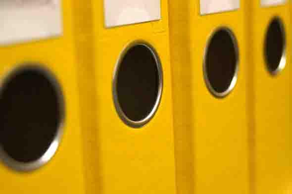 """Professionellen Umgang mit Aktenordnern lernen Schüler am Berufskolleg Rhein-Maas beim Bildungsgang """"Kaufmann für Büromanagement"""". Foto: flown pixelio.de"""