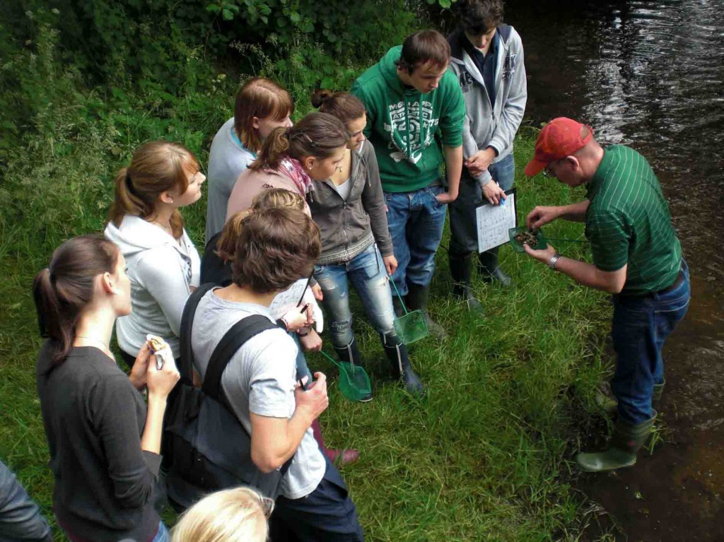 Was lebt im Wasser? Naturparklehrer Karl-Wilhelm Kolb (r.) mit Jugendlichen an der Schwalm. Foto: Naturpark Schwalm-Nette