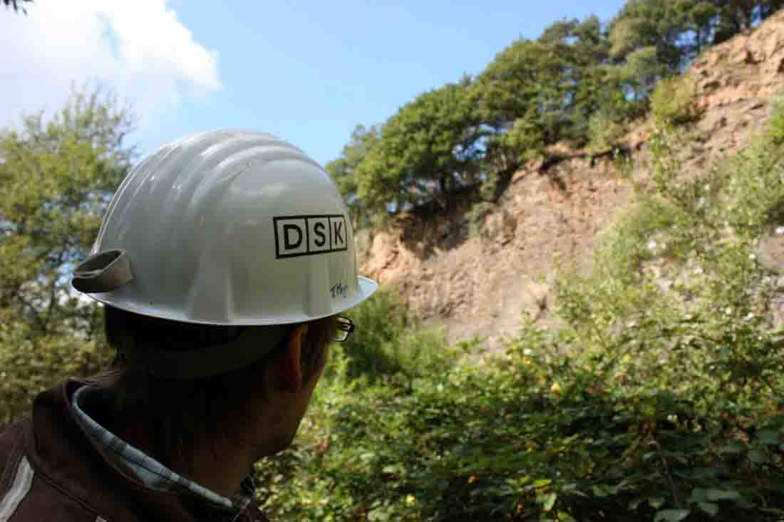 """Mit Helm auf Exkursion: Bei der Führung """"Alles aus einem Berg"""" besuchen die Teilnehmer auch den Steinbruch in der Nähe der Zeche Nachtigall. Foto: LWL/Linke"""