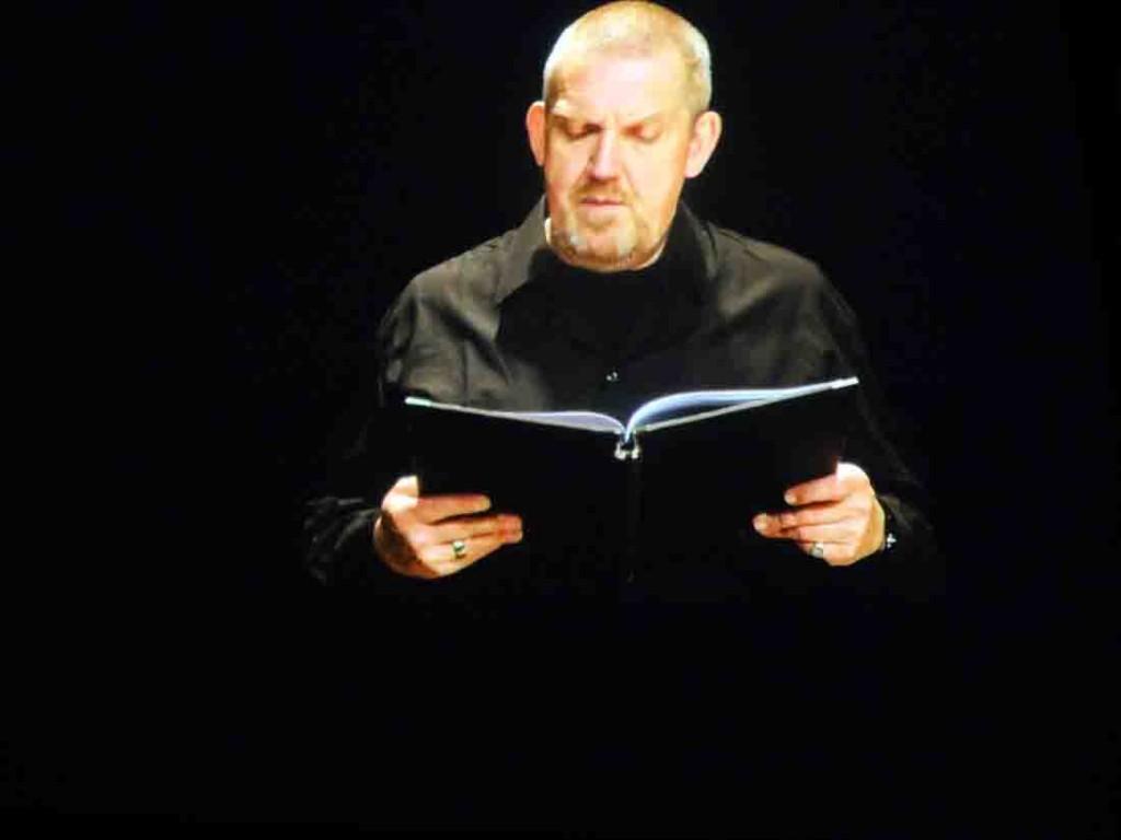 Eine eigene Filmsequenz zeigt Rezitationen der Weltkriegstexte durch Dietmar Bär. Foto: Arnold Maxwill