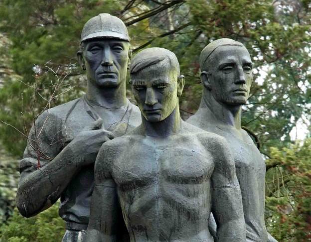 Denkmal für die Opfer der Schlagwetterexplosion auf der Zeche General Blumenthal 1937 auf dem Nordfriedhof in Recklinghausen. Foto: LWL/Holtappels