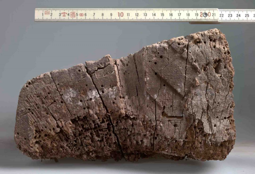 Die Untersuchungen haben gezeigt: Dieser Balken stammt aus der Zeit um 835 und ist damit das zweitälteste Stück Bauholz in Nordrhein-Westfalen. Foto: LWL