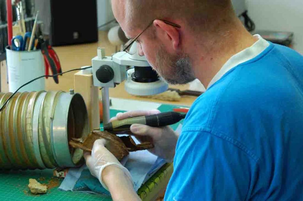 Auch die Schildbuckel wurden sorgsam und aufwändig in der Restaurierungswerkstatt bearbeitet. Foto: LWL/Burgemeister
