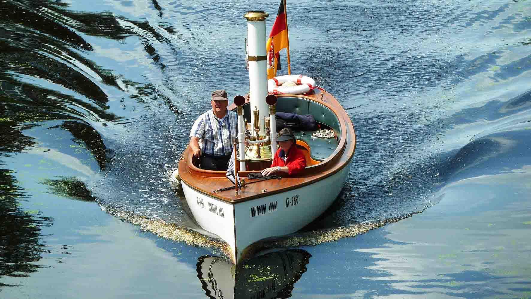 """Erich und Irmi Ufer unterwegs mit Ihrem Dampfboot """"Irmtraud-Anna"""". Foto: WDR"""
