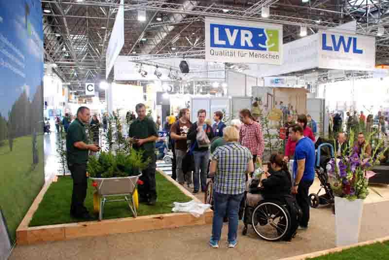 """Der gemeinsame Messestand von LWL und LVR wurde von der Integrationsfirma """"ecoverde"""" gestaltet, die im Garten und Landschaftsbau aktiv ist. Foto: Sturmberg/LVR"""
