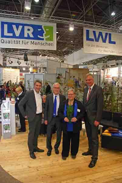 Besuchten die Rehacare in Düsseldorf (v.r.):LWL-Sozialdezernent Matthias Münning, Karin Fankhaenel (Leiterin LVR-Integrationsamt), Ulrich Adlhoch (Leiter LWL-Integrationsamt) und LVR-Sozialdezernent Lorenz Bahr. Foto: Sturmberg/LVR