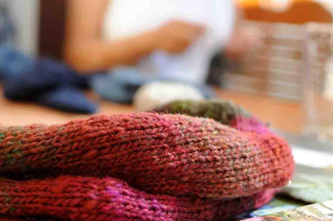 Das Handarbeitscafé am Feiertag verspricht einen gemütlichen Nachmittag in kreativer Runde im LWL-Freilichtmuseum Detmold. Foto: LWL/Sánchez