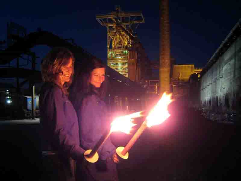 Mit einer Fackelführung beginnt die Halloween-Nacht für Frauen auf der Henrichshütte. Foto: LWL/Hudemann