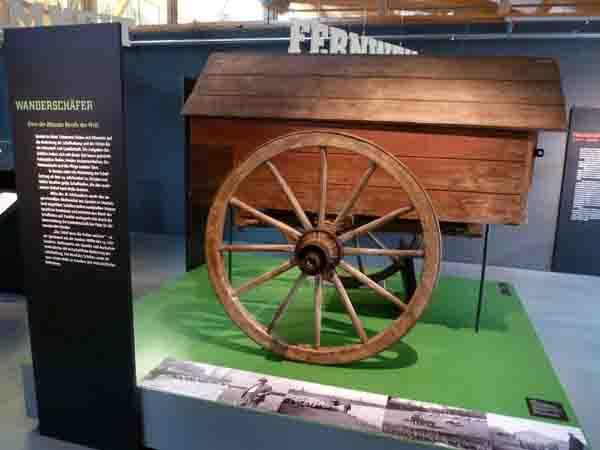 Über 100 Jahre alt ist dieser Schäferkarren aus Wörderfeld im Kreis Detmold. Er steht in der Ausstellung für den Wanderschäfer - einen der ältesten Berufe der Welt. Foto: LWL