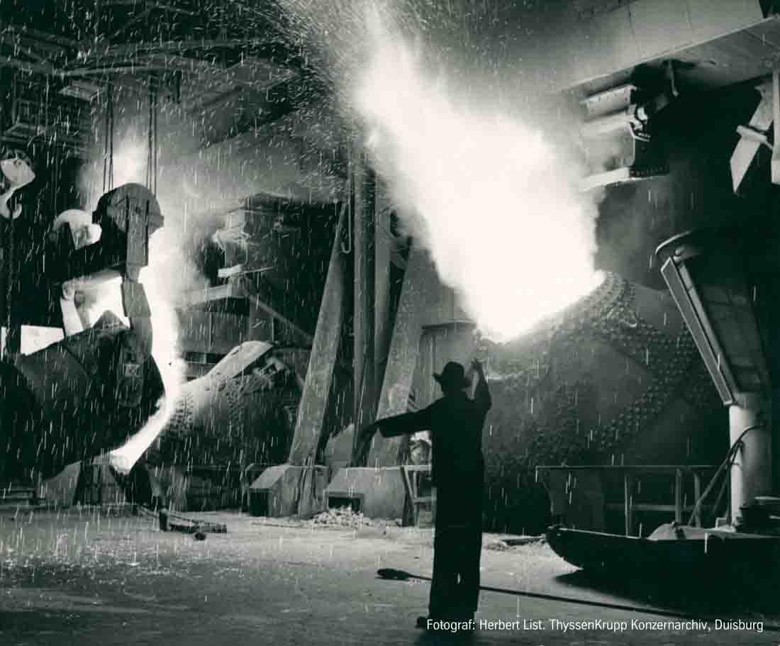 Stahlproduktion in der August Thyssen-Hütte in Duisburg-Hamborn Mitte der 1950er Jahre. Foto: Herbert List, ThyssenKrupp Konzerarchiv