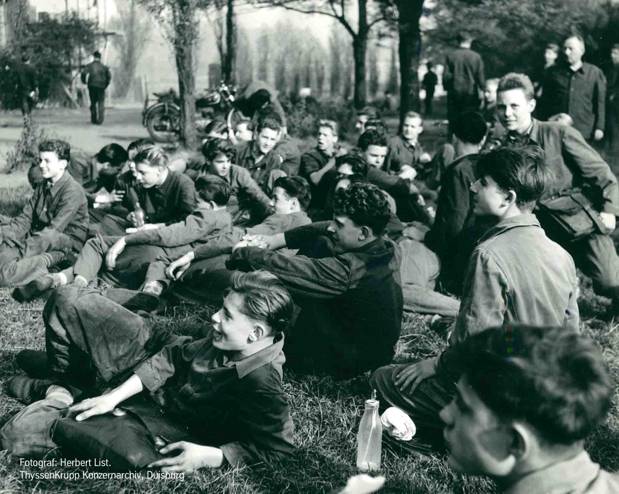 Auszubildende der Thyssen-Hütte während der Pause. Foto: Herbert List, ThyssenKrupp Konzerarchiv