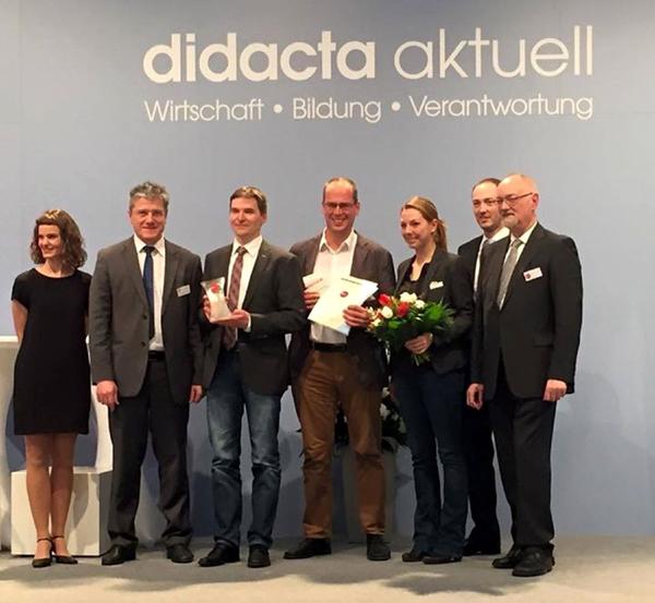 """Ann-Charlotte Tegeler (LfM), Prof. Dr. Markus Köster (LWL-Medienzentrum) und Severin Teschner (Medienberatung NRW/3.-5. v.r.) nahmen in Hannover den Preis """"digita 2015"""" für den Medienpass NRW entgegen. Foto: LWL"""