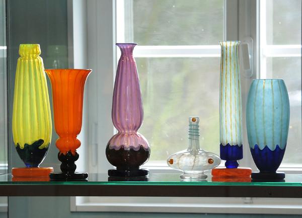 """Farbenfrohe Vasen im Stil des Art Déco aus der Ausstellung """"Verreries Schneider"""". Foto: LWL/Appelhans"""