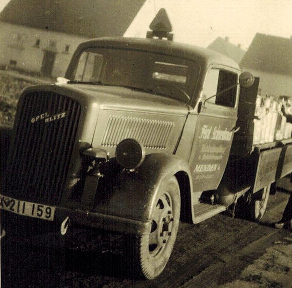 Der LKW des Kohlen- und Getränkehandels Griesenbrock mit einer Ladung Milchkannen, aufgenommen im Jahr 1947. Foto: privat