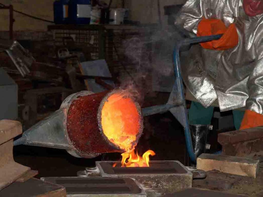In der Schaugießerei fließt glühendes Metall. Foto. LWL/Hudemann